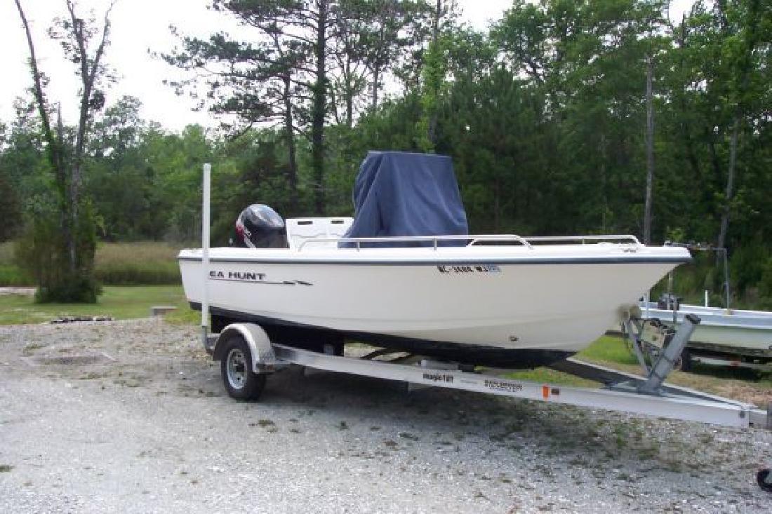 2000 17' Sea Hunt Triton 172 w/2006 Four Stroke in Hampstead, North Carolina