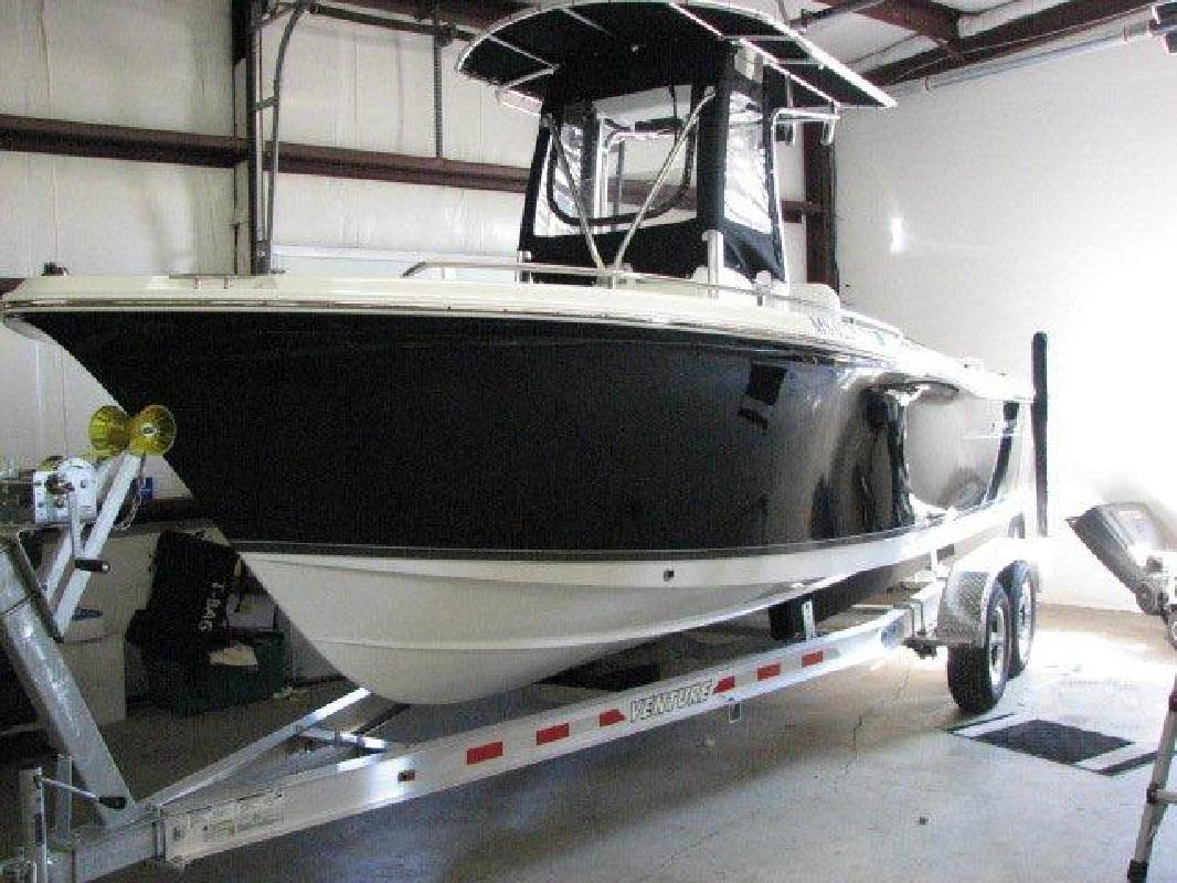 2010 22' Sea Hunt Triton 220 Center Console (Like New!