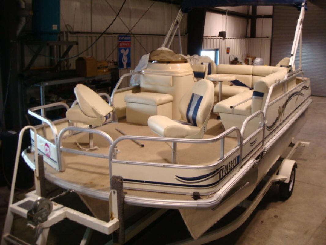 2005 19' Voyager Yachts pontoon 20 sport fish